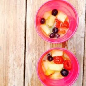 Huisgemaakt ijs met framboos, ananas, bosbes en nectarine. Verkoelend bij een hoge temperatuur